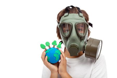 mascara de gas: Bosques importancia - concepto de la ecología con el niño usando máscara de gas la celebración de globo de la tierra