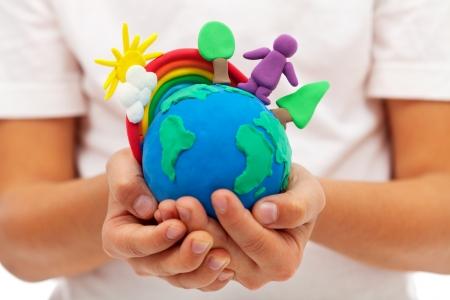 아이의 손에 찰흙 지구 글로브와 함께 환경과 생태 개념 - 지구에 생활