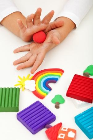 아이 컬러 풀 한 점토 성형 다른 모양을 가지고 노는 - 근접 촬영을 손에 스톡 콘텐츠