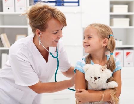 enfant malade: Bonne petite fille chez le médecin pour un examen - en cours d'examen avec un stéthoscope
