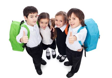 mochila escolar: Grupo de ni�os sosteniendo y dando los pulgares en se�al - volver al concepto de escuela, vista desde arriba