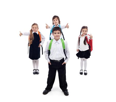 niño con mochila: Volver al concepto de escuela con niños felices y frescas - aislado