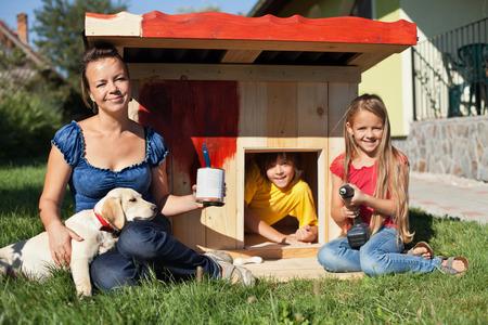puppy love: Felices los ni�os pintan la caseta del perro para albergar su nuevo cachorro labrador