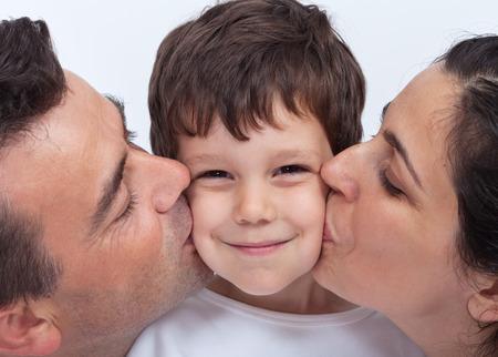 Kochającą rodzinę z dzieckiem - rodzice całuje chłopca