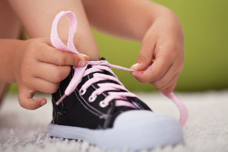 Young girl hands tie shoe laces - closeup Zdjęcie Seryjne - 39552199