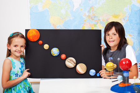 초등학교 과학 수업에서 아이들은 태양 광 발전 시스템을 연구 - 행성의 규모의 모델을 만들기 스톡 콘텐츠