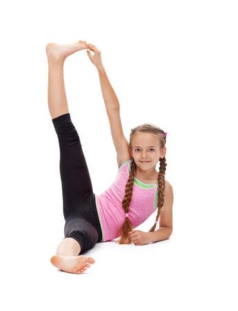 Młoda dziewczyna robi ćwiczenia gimnastyczne rozciągające i uśmiech - izolowane