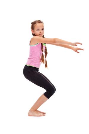 Młoda dziewczyna temu ćwiczenia gimnastyczne - widok z boku, samodzielnie