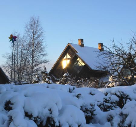 冬のウィンドウで太陽の光線