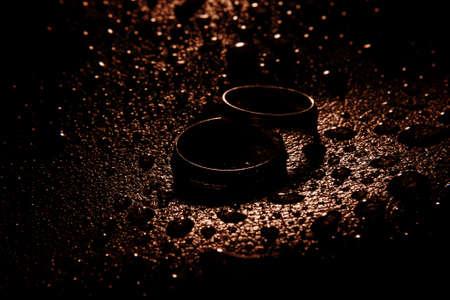 bodas de plata: Silver wedding rings between drops, macro, water object