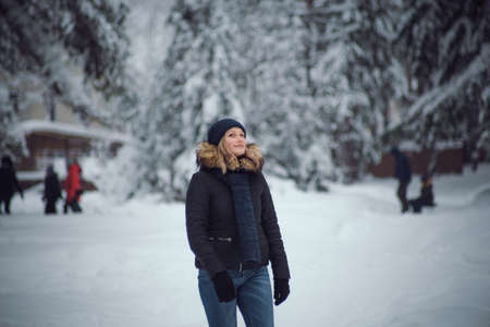 throw up: walks outdoors: the girl walks on the winter forest