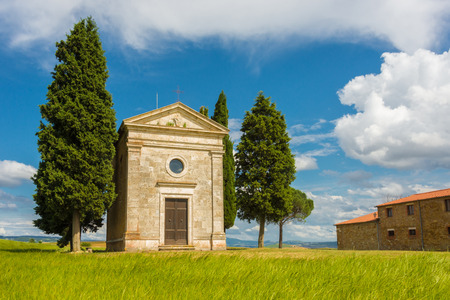 val d      orcia: Small church on the crest of a hill in Val d Orcia Stock Photo