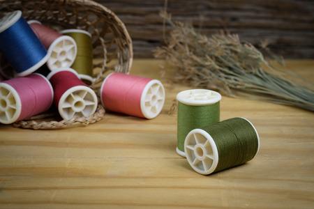 kit de costura: Herramientas de costura y kit de costura en el fondo de madera con textura