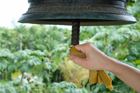 knocking: People are knocking on the bell .