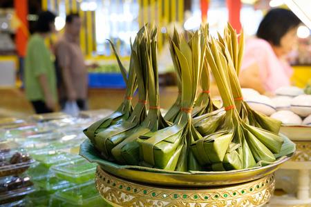 Dessert de lait de coco et la farine, enveloppé dans des feuilles de bananier, un natif de la Thaïlande Banque d'images - 66491950