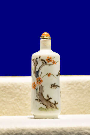 tabaco: Botella de tabaco Porcelana Editorial
