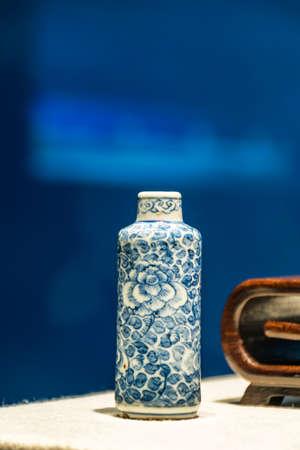 tabaco: botella de tabaco de porcelana blanca Editorial