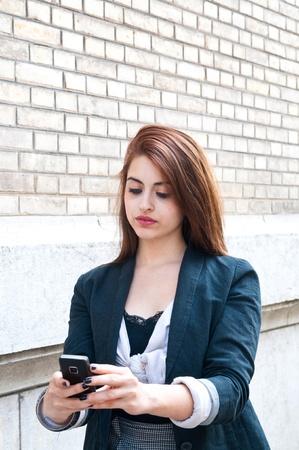 Venkovní portrét mladé ženy mluví o mobilní telefon Reklamní fotografie - 9518165