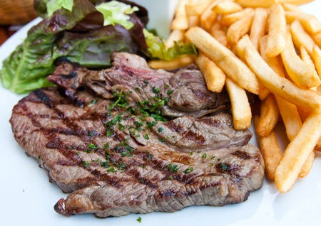 carne de res: carne de vacuno bistec jugoso con tomate y patatas