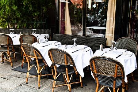 테이블과 의자가있는 카페 테라스, 파리의 프랑스의 스트리트 뷰