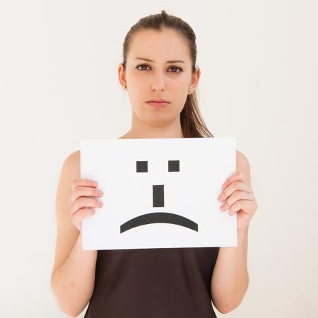 femme triste: portrait jeune femme avec le conseil �motic�ne signe visage triste