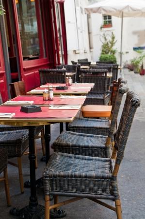 Street view of a Cafe Terrasse mit Tischen und Stühlen, paris Frankreich