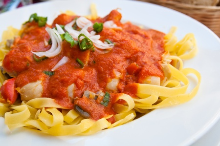 spaghetti saus: Italiaanse vleessaus noedels op tafel