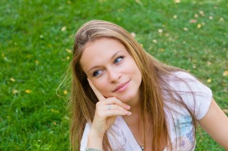 frau denken: Portrait of a woman Denken �ber die Natur Lizenzfreie Bilder