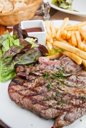 carne asada: jugoso filete de carne de vacuno con papas fritas franc�s Foto de archivo