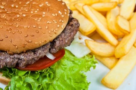 HAMBURGESA: Queso hamburguesa - hamburguesa de queso americano con ensalada fresca Foto de archivo