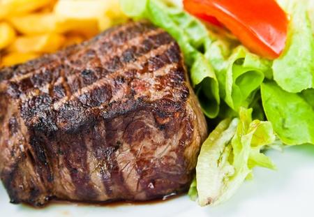 carne asada: jugoso filete de carne de vacuno con salsa de tomate y papas fritas francés Foto de archivo