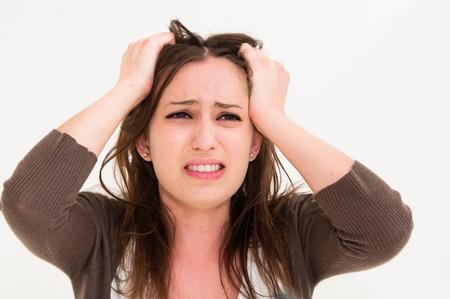desesperado: Mujer joven con las manos el pánico en la cabeza Foto de archivo