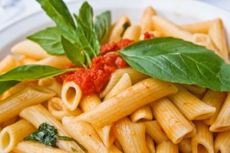 makarony: smaczne pasta-włoski makaron sosem mięsnym na stole