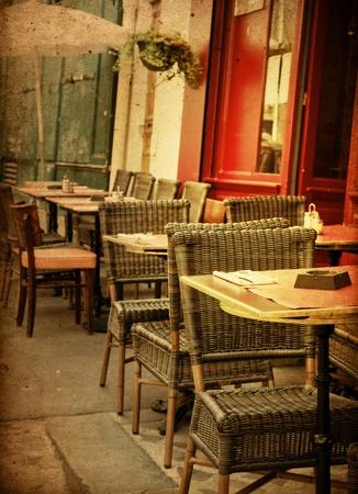 altmodischen Café-Terrasse mit Tischen und Stühlen, Paris Frankreich