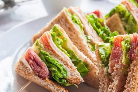 Sandwich mit Speck - Huhn, Käse und Salat Standard-Bild