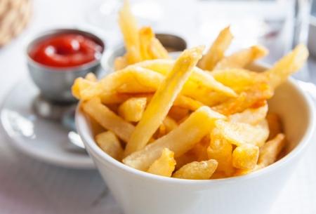 Golden frites aardappelen klaar om te worden gegeten