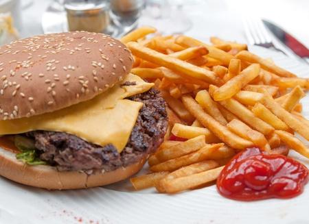 치즈 버거 - 신선한 샐러드와 아메리칸 치즈 버거