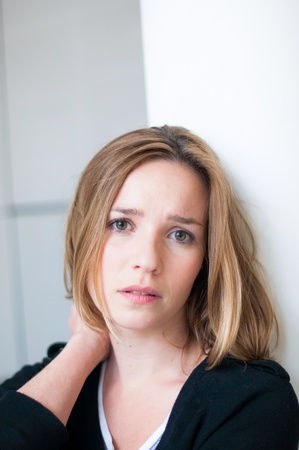 Innen traurige junge Frau Porträt