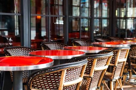 Street View von einem Kaffee Terrasse mit Tischen und Stühlen, Paris Frankreich Standard-Bild