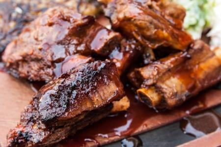 costilla: Grilled steak - costillas a la parrilla de carne en el plato con salsa picante Foto de archivo