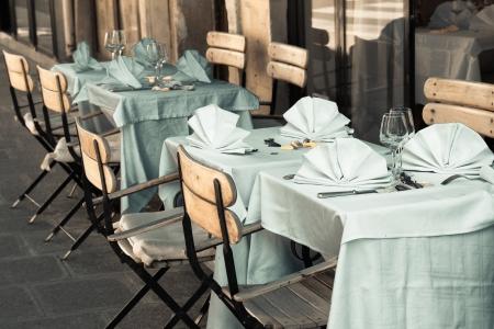 Street view einer Kaffeemaschine Terrasse mit Tischen und Stühlen, paris Frankreich Standard-Bild