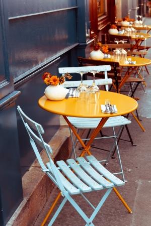 Street view van een kopje koffie terras met tafels en stoelen, Parijs Frankrijk Stockfoto