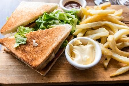 sandwich au poulet: Sandwich au poulet avec pommes de terre, fromage et des frites dor�es fran�aise