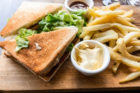 Sandwich met kip, kaas en gouden friet aardappelen Stockfoto