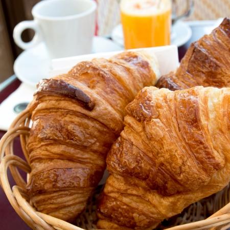 frischen Croissant auf dem Tisch, Delicious!