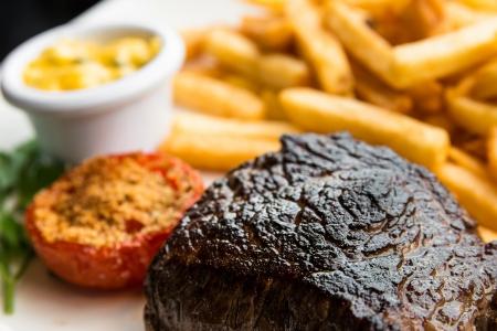 saftiges Steak Rindfleisch mit Tomaten und französisch frites