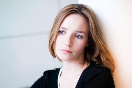 ansiedad: Mujer deprimida y triste en la sala de estar