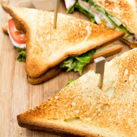 Sandwich mit Huhn, Käse und Salat