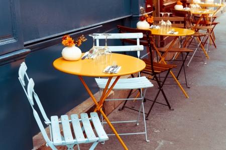 Street view van een koffie-terras met tafels en stoelen, Parijs Frankrijk Stockfoto