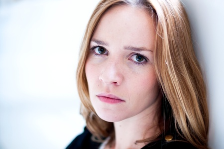 Depressiv, traurig Frau auf weißem Hintergrund